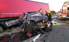 Fallecen dos jóvenes al colisionar un turismo y un camión en Salamanca