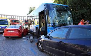Un autobús sin conductor daña nueve coches en Vía Roma y causa cuatro heridos