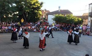 Un concurso de postres y el folclore charro encandilan a los vecinos de Monleras