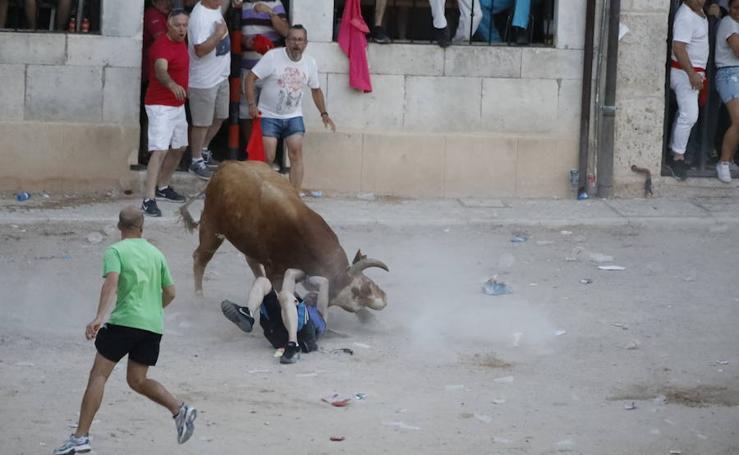 Revolcón en la capea vespertina de Peñafiel