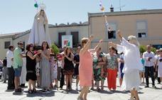 Los vecinos honran a su patrona con jotas en la plaza del pueblo