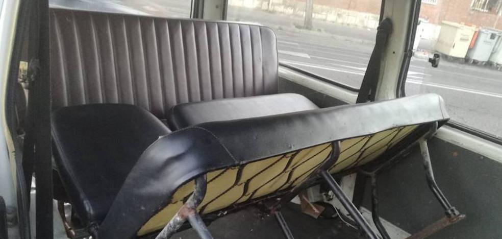 Denunciado el conductor de una furgoneta en Valladolid por llevar dos sofás como asientos