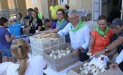 Villamuriel celebra su tradicional fiesta del reparto del pan, el vino y el queso