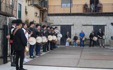 El Ayuntamiento rinde un homenaje a los tamborileros de todos los tiempos