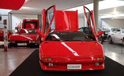 La exposición 'Rojo' permanecerá en el Museo de la Automoción hasta finales de septiembre