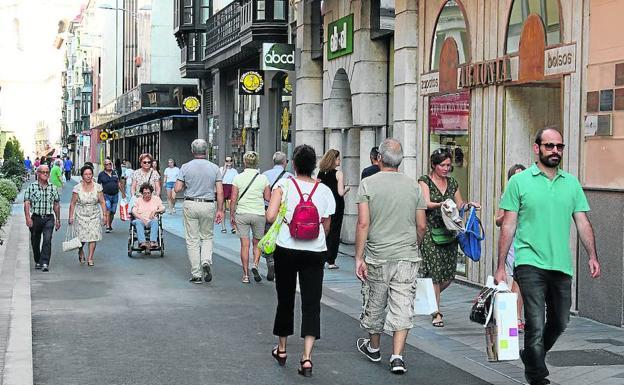 Viandantes por la calle Regalado, ayer. /H. S.