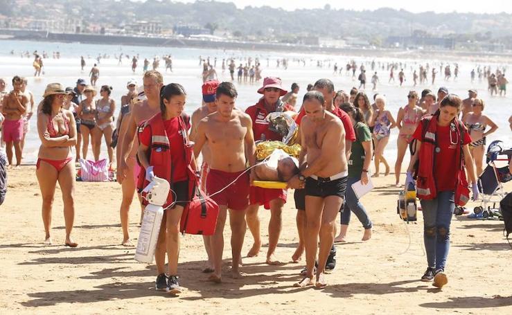 Un vallisoletano rescatado del mar en la playa de Gijón