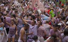 Toro se baña con más de 2.000 litros de vino