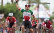 Elia Viviani gana al 'sprint' la tercera etapa