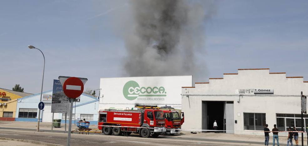 Dos bomberos heridos por golpe de calor en el incendio en una nave industrial de Peñafiel