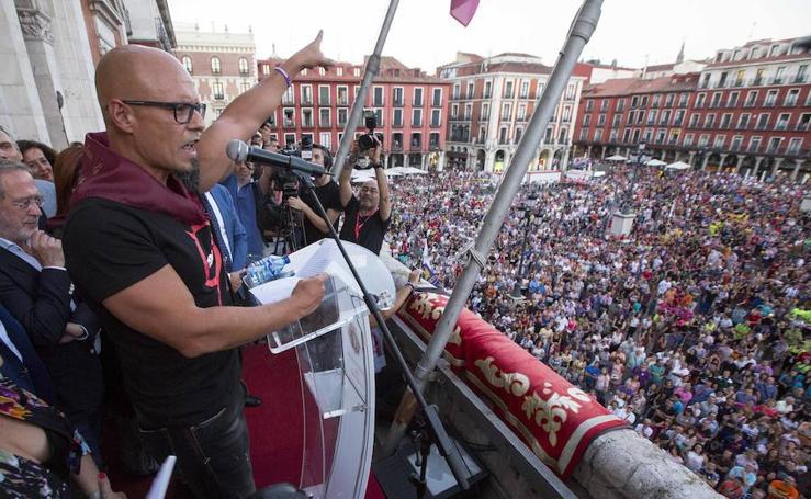 Pregón del novelista César Pérez Gellida desde el balcón del Ayuntamiento, en las fiestas 2018