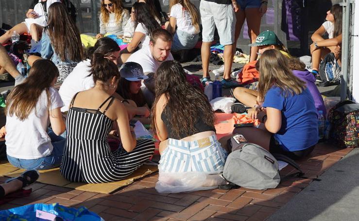 Un grupo de fans espera durante horas en la Plaza Mayor el concierto de OT de fiestas de Valladolid
