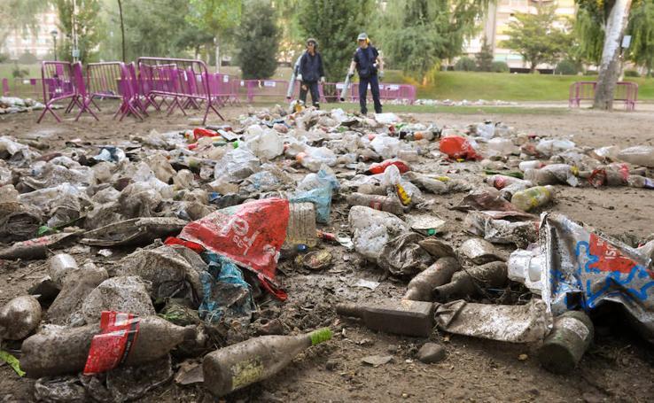 Limpieza de Las Moreras tras la primera noche de fiestas