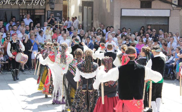 Los bailes tradicionales animan Sotoserrano