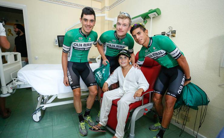 Ciclistas de la Vuelta a España visitan la planta de Pediatría del Complejo Asistencial de Salamanca