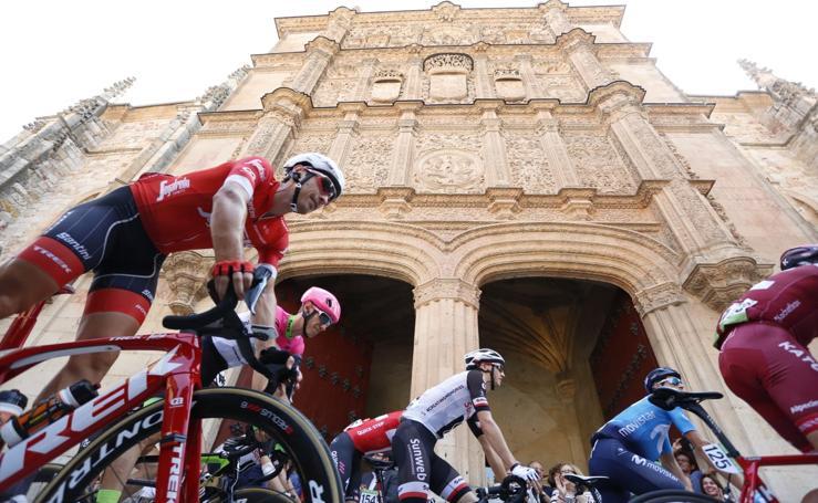 La fachada de la Universidad brilla con la Vuelta a España