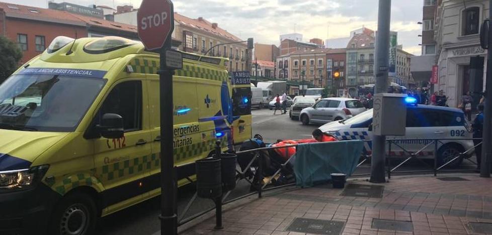 Herido al recibir el golpe de un autobús cuando cruzaba en rojo mirando el móvil en Valladolid