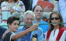Mario Vargas Llosa e Isabel Preysler, entre el público asistente a la Plaza de Toros de Valladolid