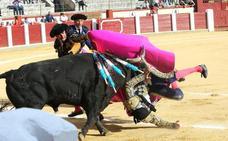 Padilla sufre una fea cogida en Valladolid durante el tercio de banderillas