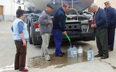 El suministro de agua llega en camión cisterna a cinco pueblos de Palencia gracias a la Diputación