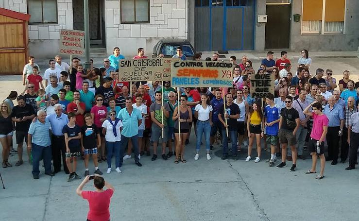 Vecinos de San Cristóbal de Cuéllar cortan la CL-602 reclamando mayor seguridad en la travesía