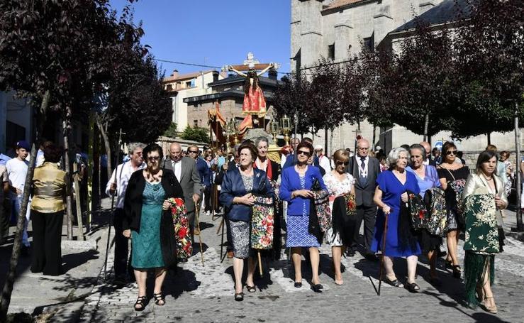 Ofrenda de flores y procesión con el Cristo del Caloco en El Espinar