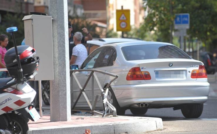 Un coche se empotra contra una valla en Santa Clara