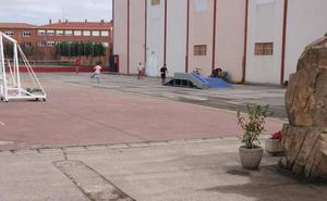 Aguilar instala una nueva pista de skate en el polideportivo