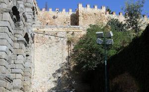 Herida grave una joven tras precipitarse desde una altura de 15 metros en la muralla de Segovia
