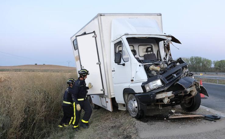 Accidente entre dos camiones y una furgoneta en la A-62, a la altura de Tordesillas