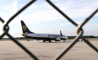 Los tripulantes de cabina amenazan a Ryanair con una huelga mensual