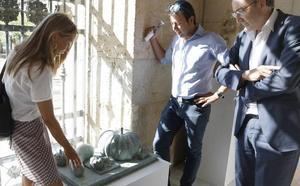 El escultor Sergio García inaugura su exposición en el Ayuntamiento