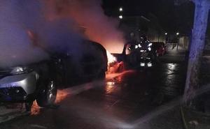 Dos vehículos calcinados y tres dañados en un incendio en Laguna de Duero