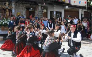 Más de una treintena de jóvenes y niños dedican sus bailes al Cristo en San Esteban de la Sierra