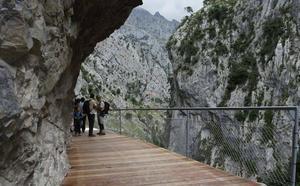 Fallece despeñado un senderista cuando participaba en la ruta del Cares en Caín (León)