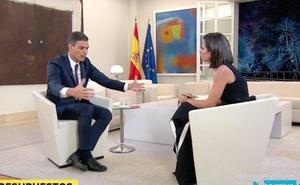 Cachondeo durante la entrevista a Pedro Sánchez en 'El Objetivo': «¿No había una silla más pequeña?»