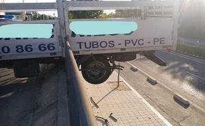 Un camión se empotra contra la valla de la mediana de la Avenida de Salamanca de Valladolid