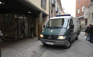 La jueza emplaza a los acusados de la muerte de la niña Sara a depositar una fianza de 150.000 euros
