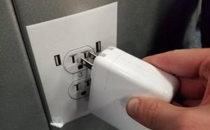 La nueva broma pesada en los aeropuertos: pegatinas que simulan ser enchufes
