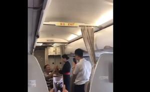 Le piden matrimonio en pleno vuelo y la compañía le despide por «irresponsable»