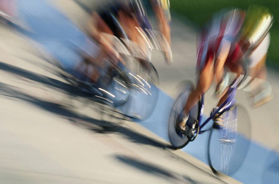 Un camionero da una clase práctica de cómo adelantar a un ciclista
