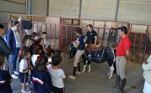 150 alumnos aprenden nociones sobre el mundo equino en la Feria del Caballo