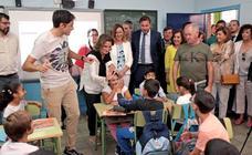 La ministra para la Transición Ecológica visita el colegio público Cristóbal Colón de Pajarillos