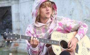 Justin Bieber, aún soltero, canta al Palacio de Buckingham