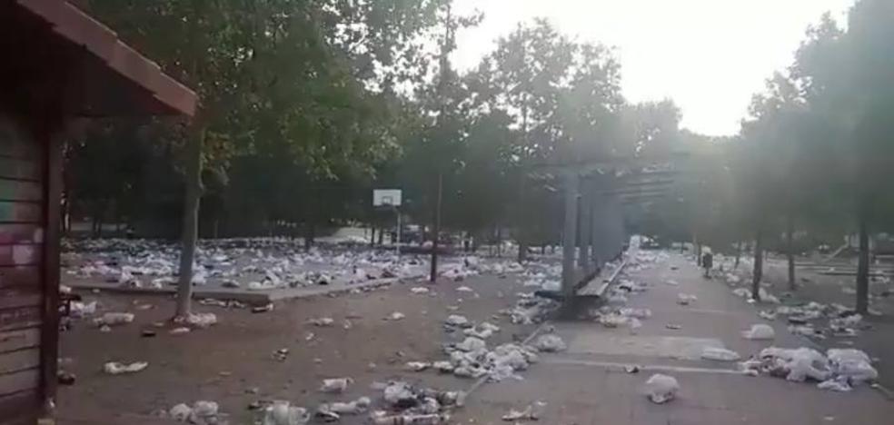 El macrobotellón universitario cubre de basura el entorno de Filosofía y Letras de Valladolid
