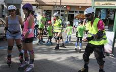 Una veintena de vecinos ruedan por la ciudad con la marcha en patines