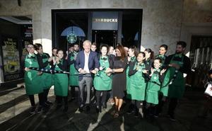Decenas de clientes dan la bienvenida al primer Starbucks de Salamanca