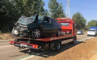 Herido grave un hombre de 69 años al chocar su turismo contra un camión en Grijota