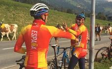 Las vacas tirolesas dan 'la bienvenida' a la selección española de ciclismo