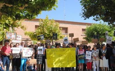 Los vecinos de Castrejón salen a la calle para manifestarse en contra de las pintadas de cruces y horcas